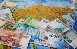 De Russische bankbiljetten zijn een ventilator op de kaart Bedrijfs en beleidsconcept Russische Federatie stock afbeeldingen