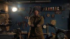 De Russische boer danst in een opgevuld jasje, een hoed met earflaps en gevoelde laarzen stock videobeelden