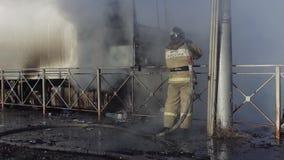 De Russische Brandweerman dooft een vrachtwagen stock video