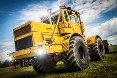De Russische de tractortribunes van Kirowez K 700 op een oldtimer tonen altentreptow Duitsland bij 2015 kan Royalty-vrije Stock Foto's