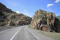 De Russische die route M52 (R256), ook als Chuya-Weg wordt bekend Royalty-vrije Stock Foto's