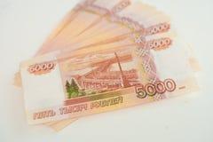 De Russische geldbankbiljetten met grootste waarde 5000 roebels sluiten omhoog stock foto's
