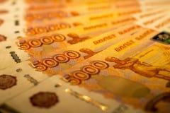 De Russische geldbankbiljetten met grootste waarde 5000 roebels sluiten omhoog Macro van oranje bankbiljetten wordt geschoten dat Royalty-vrije Stock Foto's