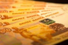 De Russische geldbankbiljetten met grootste waarde 5000 roebels sluiten omhoog Macro van oranje bankbiljetten wordt geschoten dat Stock Foto's