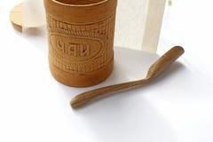 De Russische houten thee kan, lepelen en theezakje Stock Foto