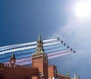 De Russische militaire vliegtuigen vliegen in vorming over MoscowSpassky-Toren van Moskou het Kremlin tijdens Victory Day-parade, Stock Fotografie