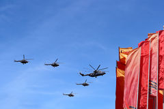 De Russische militaire vliegtuigen vliegen in vorming over Moskou tijdens Victory Day-parade, Rusland Victory Day (WO.II) Royalty-vrije Stock Afbeeldingen