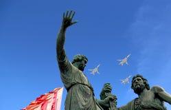 De Russische militaire vliegtuigen vliegen in vorming over Moskou tijdens Victory Day-parade, Rusland Victory Day (WO.II) Stock Afbeeldingen