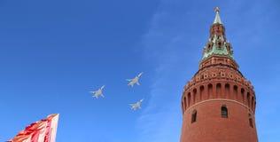De Russische militaire vliegtuigen vliegen in vorming over Moskou tijdens Victory Day-parade, Rusland Victory Day (WO.II) Royalty-vrije Stock Fotografie
