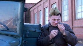 De Russische militairen verwachten de tweede wereldoorlog stock video