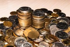 De Russische muntstukken van verschillende benamingen zijn in een hoop op de lijst, stapels van herdenkingsmuntstukken royalty-vrije stock foto