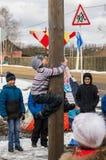 De Russische nationale concurrentie door een houten pool in viering van het eind van de winter in het Kaluga-gebied op 13 Maart,  Royalty-vrije Stock Foto