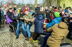 De Russische nationale concurrentie in touwtrekwedstrijd bij het festival van afscheid aan de winter in het Kaluga-gebied op 13 M Royalty-vrije Stock Foto's