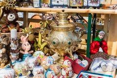 De Russische poppen en de Herinneringen liggen naast de samovar stock afbeeldingen
