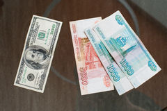 De Russische roebel en de Amerikaanse dollar Stock Foto's