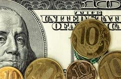 De Russische roebelsmuntstukken en de dollarsbankbiljetten sluiten omhoog Royalty-vrije Stock Foto's