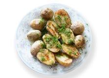 De Russische Traditionele aardappelen in de schil met de schil en de venkel, motregenden olie op een plaat grijs ornament Royalty-vrije Stock Afbeelding
