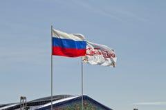 De Russische vlag en een vlag van het festival Sabantui ontwikkelen zich in de wind Royalty-vrije Stock Foto