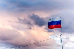 De Russische vlag op de regen betrekt achtergrond Stock Foto