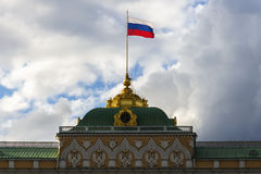De Russische vlag van de staat op het grote paleis van het Kremlin Stock Afbeeldingen