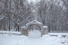 De Russische winter Begraafplaatspoort in Izborsk dichtbij Pskov, Rusland Stock Foto's