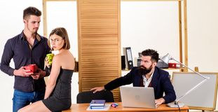 De rust is een must voor ons r Managers die thee in rust uur drinken Mooie vrouw en royalty-vrije stock afbeelding