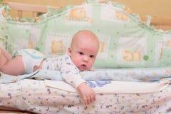 De rust van de baby op bed Royalty-vrije Stock Afbeelding