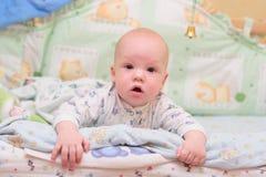 De rust van de baby op bed Stock Foto