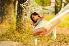 De rust van de vrouw in hangmat Royalty-vrije Stock Afbeeldingen