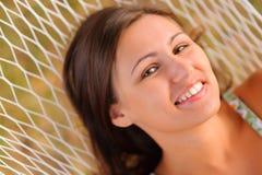 De rust van de vrouw in hangmat Stock Foto's