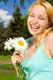 De rust van de vrouw in het park met bloemen royalty-vrije stock foto's