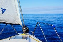 de rust ziet en mooi zeegezicht van een zeilboot terwijl het kruising van het Engelse kanaal royalty-vrije stock afbeeldingen