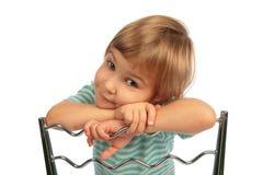 De rusthoofd van het meisje op stoelrug Stock Foto