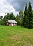 De rustieke cabine van het het noordenhout Stock Afbeeldingen