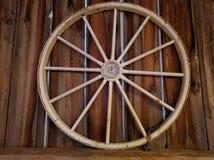 De rustieke Decoratie van het Wagenwiel Stock Afbeeldingen