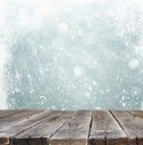 De rustieke houten lijst voor zilveren en witte bokeh defocused lichten met sneeuwvlok abstracte achtergrond royalty-vrije stock fotografie