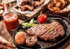 De rustieke maaltijd van het land van geroosterd het rundvleeslapje vlees van het riboog stock afbeelding