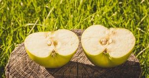 De rustieke stijl Half groen Apple op de achtergrond van een oud hout Stock Foto