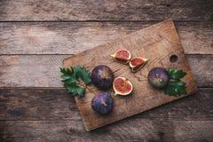 De rustieke stijl sneed fig. op hakbord en houten lijst Stock Afbeeldingen