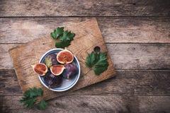De rustieke stijl sneed fig. in vlakke schotel op choppingboard Stock Afbeelding
