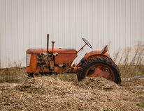 De rustieke tractor heeft betere dagen gezien stock fotografie