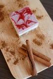 De ruwe cake van het bessendessert met zaden en cacao stock fotografie