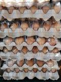 De ruwe die eieren worden ingepakt in een eidienblad, samen in een supermarkt wordt gestapeld royalty-vrije stock fotografie