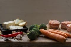 De ruwe die medaillons van het varkensvleeshaasbiefstuk met chorizo worst worden en met bacon worden verpakt gevuld die Stock Afbeelding