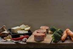 De ruwe die medaillons van het varkensvleeshaasbiefstuk met chorizo worst worden en met bacon worden verpakt gevuld die Royalty-vrije Stock Fotografie
