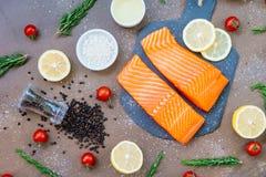 De ruwe en verse filet van het zalmvlees op zwarte steenlei Stock Fotografie