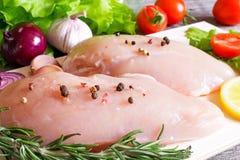 De ruwe filets van de kippenborst op een plaat klaar voor het koken Royalty-vrije Stock Foto's