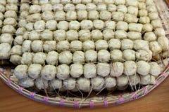 De ruwe gebraden schaaldierenleiding in plantaardige markt, hoi jor reeks krabschaaldieren rolt shell, hoofd samen met snoepje di stock foto
