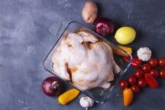 De ruwe gemarineerde kip trof in Aziatische stijl met honing, knoflook, sojasaus, kruiden en groenten voorbereidingen De ruimte v Royalty-vrije Stock Foto
