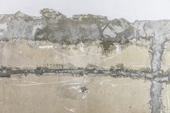 De ruwe gepelde concrete muurachtergrond met vergoelijkt royalty-vrije stock fotografie